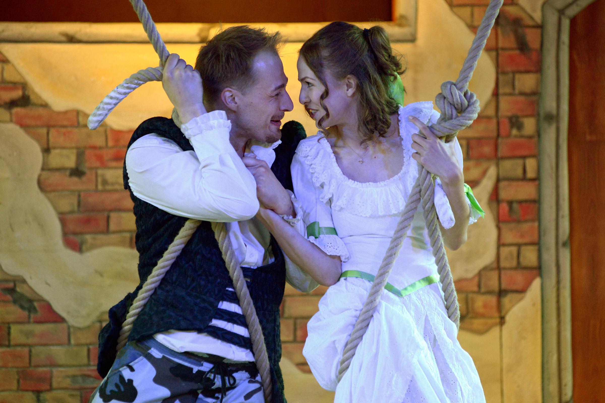 Romeo und Julia M. Möller, L. Farr Foto Frank Neumann - schaukelnd
